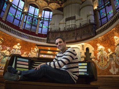 Juan de la Rubia, frente al órgano del Palau de la Música.