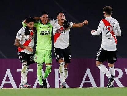 Jugadores del River Plate y del Santa Fe en un partido de la Copa Libertadores en el Estadio Monumental, Buenos Aires, el pasado 19 de mayo.