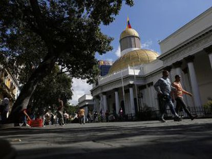 Guaidó desafía a la alianza entre el Gobierno y el grupo de disidentes y asegura que este martes intentará presidir una sesión de la Asamblea pese al bloqueo del Parlamento