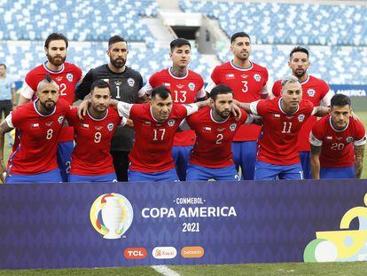 La selección de Chile, este viernes antes de su partido contra Bolivia, con la bandera del país en lugar del logotipo de Nike.