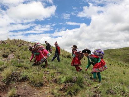 Soledad Secca (primera de la derecha), indígena que promueve el quechua, camina junto a otras personas en Cusco, Perú.