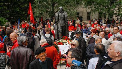 Celebración del Día de la Victoria en torno a una estatua de Tito, en Sarajevo en 2017. / ELMAN OMIC