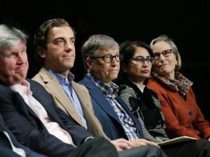 Bill Gates, en el centro, durante la junta de accionistas de Microsoft, ayer en Bellevue, Washington.
