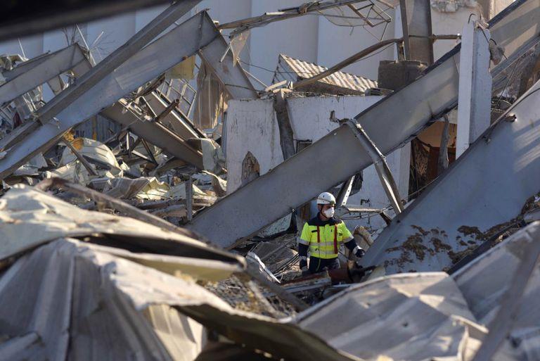Uno de los miembros del equipo de rescate español, entre los escombros en el puerto de Beirut, este jueves.