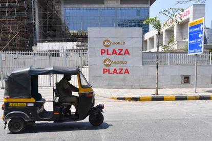 Un rickshaw pasa ante la sede de Jio en Bombay.