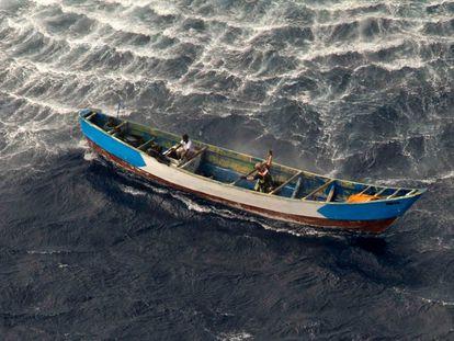 Momento del rescate por parte del Ejército del Aire de los tres supervivientes del cayuco encontrado a la deriva el pasado 26 de abril a unos 500 kilómetros de la costa de El Hierro.