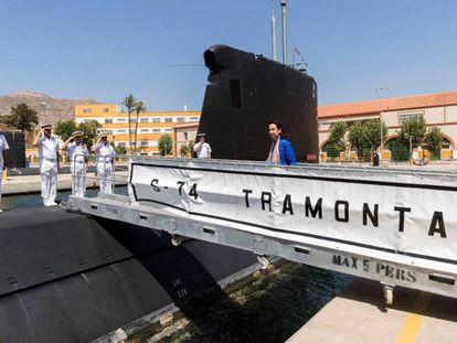 La ministra de Defensa, Margarita Robles, sube abordo del submarino S-74 Tramontana en la base naval de Cartagena.