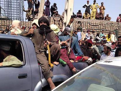 Los talibanes celebran la caída de Jalalabad, este domingo.