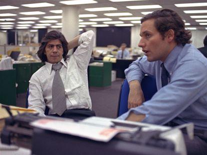 Carl Bernstein (izquierda) y Bob Woodward, en la redacción de 'The Washington Post', en 1973.