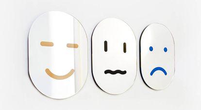 Serie de tres espejos-emoji que inevitablemente te devuelve un estado de ánimo. Son del estudio neoyorquino Chen Chen & Kai Williams y se pueden comprar en la web de Areaware. |
