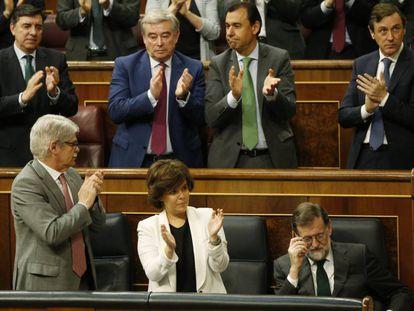 Mariano Rajoy, aplaudido en el Congreso , antes de perder la moción de censura.
