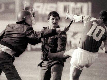 Boban se enfrenta a la policía durante los altercados del partido entre Dinamo de Zagreb y Estrella Roja de Belgrado en mayo de 1990