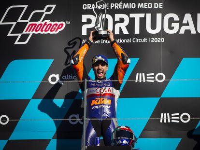 Miguel Oliveira, del KTM Tech 3, celebra su victoria en Portimao.