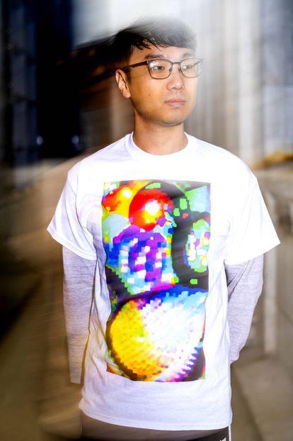 Camiseta inventada por Xue Shelley Lin, profesora de Computación en la Universidad de Northeastern, de Boston, que ha colaborado en el diseño de un patrón que confunde a los sistemas informáticos e impide que reconozcan a quien la viste.