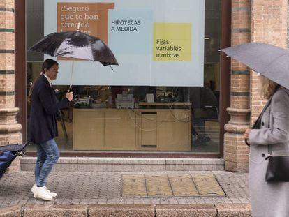 Anuncio de hipotecas en una entidad bancaria de Sevilla.