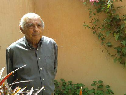 Carlos Germán Belli en el jardín interior de su casa en Lima