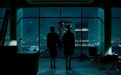 Al final de 'El club de la lucha' el espectador descubre que Edward Norton (a la derecha de la imagen) y Brad Pitt son en realidad la misma persona, por eso Helena Bonham Carter (a la izquierda) nunca comparte plano con los dos a la vez.
