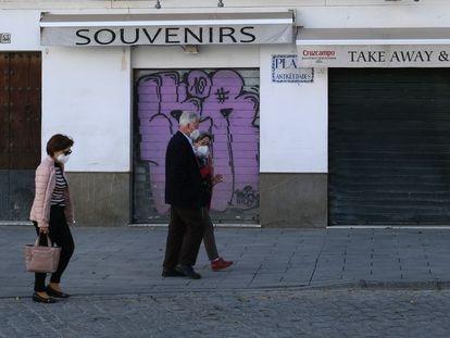 Tienda de Souvenirs cerrada en el centro de Sevilla, la semana pasada.