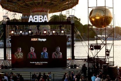 Una gran pantalla en Estocolmo retransmitió en directo el lanzamiento de ABBA.
