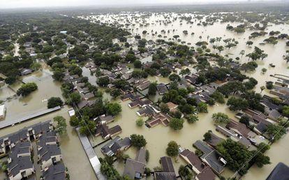 El agua del embalse de Addicks fluye hacia los vecindarios a medida que crecen las aguas de la tormenta tropical Harvey en Houston (EE UU) el pasado mes de agosto.
