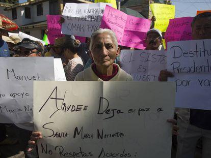 Un grupo de personas se manifiesta antes de la visita de López Obrador a Tulancingo.