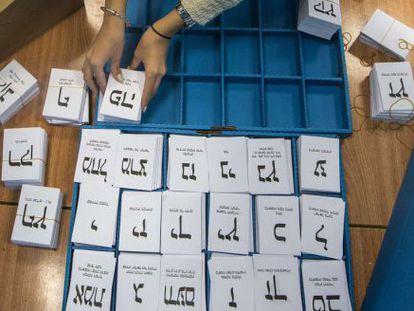 Papeletas electorales en un colegio electoral en la ciudad de Haifa.