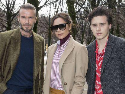 David, Victoria y Brooklyn Beckham en el desfile de Lous Vouiton en París en 2017.