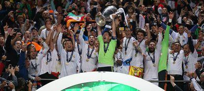 Casillas levanta el trofeo de la décima Copa de Europa del Real Madrid.