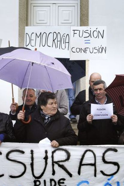 Protesta por la fusión entre los municipios gallegos de Cesuras y Oza.