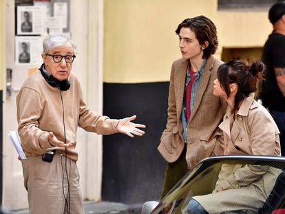 Woody Allen da instrucciones a Timothée Chamalet y Selena Gómez en el rodaje de 'A Rainy Day in New York'.