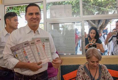 Roberto Sandoval muestra unas papeletas tras efectuar su voto en Tepic, Nayarit, en junio de 2017.