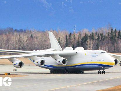 Un avión Antonov Mriya, el de mayor tamaño de carga del mundo, en el aeropuerto de Anchorage.