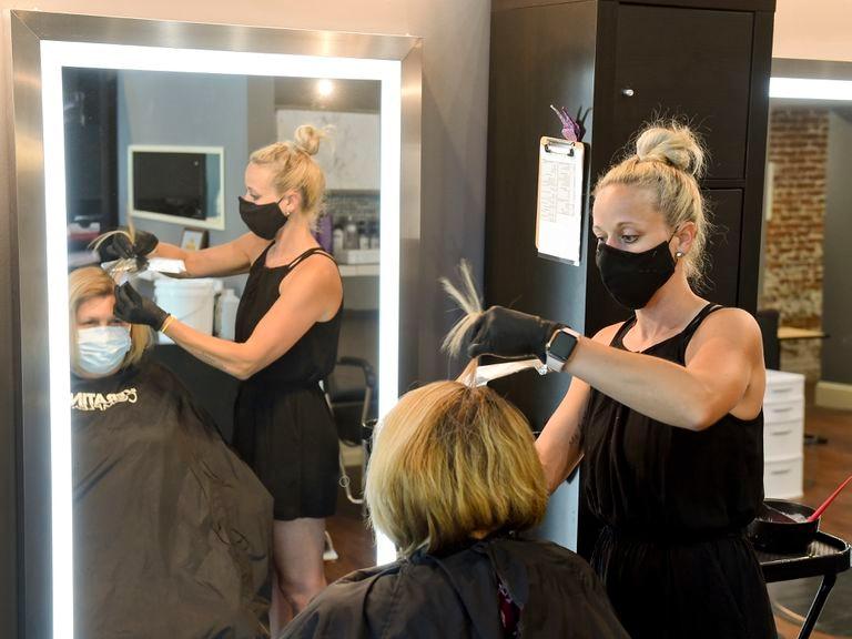 Una peluquera atiende a una clienta el 26 de junio en West Reading (Pensilvania, Estados Unidos).