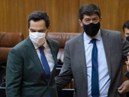 El presidente y vicepresidente de la Junta de Andalucía, Juan Manuel Moreno y Juan Marín (derecha), en el Parlamento este mes.