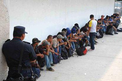 Los inmigrantes detenidos esperan para prestar declaración en Tuxtla Gutierrez