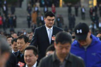 La exestrella de la NBA Yao Ming, rodeado de compatriotas (con pelo), camino del Congreso Nacional durante unas conferencias políticas en Pekín, en marzo de 2017.
