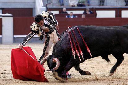 El Fundi, en su segundo toro de la corrida Goyesca del Dos de Mayo, día de la Comunidad de Madrid en la plaza de toros de Las Ventas.