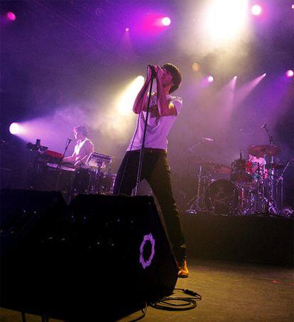 Pucho, el vocalista, anoche sobre el escenario.