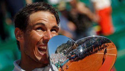 Nadal exhibe el trofeo de campeón, este domingo en Montecarlo.