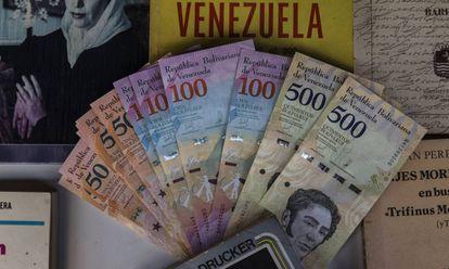 Algunos bolívares en una vieja librería en Venezuela.