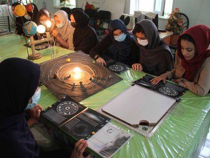 Jóvenes afganas en una clase de astronomía, el pasado 18 de julio, en Herat.