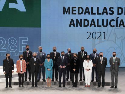 Foto de familia de los premiados con las medallas por el Día de Andalucía.
