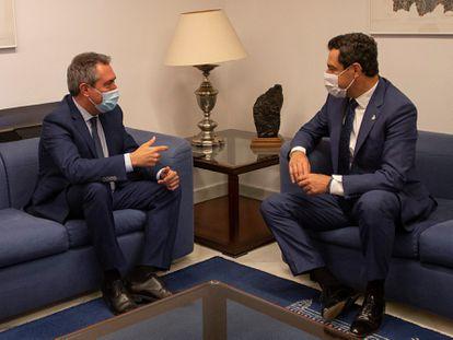 Reunión entre el presidente de la Junta de Andalucía, Juanma Moreno (derecha), y el candidato del PSOE-A a la presidencia de la Junta, Juan Espadas, este jueves en Sevilla.