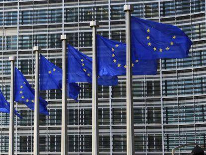Imagen de archivo de las banderas que ondean frente a la sede de la Comisión Europea, Bruselas.