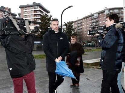 El exjugador del Betis Antonio Amaya, acompañado de su abogado, llega a la Audiencia Provincial de Navarra, a finales del pasado enero.
