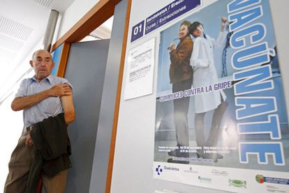 Un hombre sale de la consulta después de haberse vacunado contra la gripe en el País Vasco.