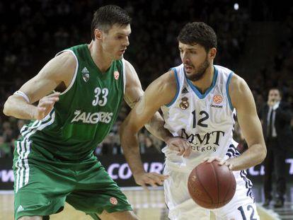 Lavrinovic trata de frenar a Mirotic en un partido de la Euroliga.