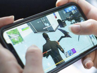 Una usuaria juega a Fortnite en un dispositivo de Apple.