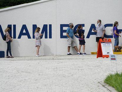 La fila en un centro de votación en Miami Beach.