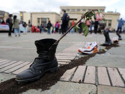 Zapatos con flores, este lunes en la Plaza de Bolívar de Bogotá durante una nueva jornada de protestas.